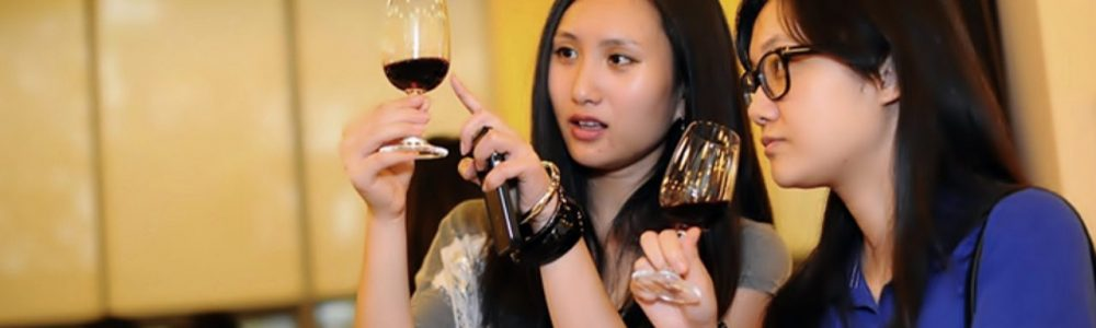 Mujeres Chicas Obervando vino